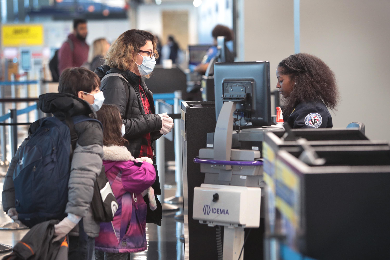 Los pasajeros pasan por el examen de la TSA en el Aeropuerto Internacional O'Hare de Chicago el 2 de abril (Scott Olson / Getty Images)